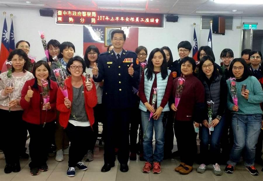 東勢警分局獻上玫瑰花,向女性同仁致敬。(王文吉翻攝)