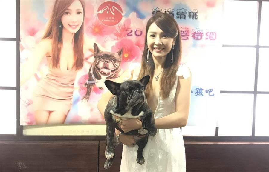海倫清桃抱著愛犬琪琪一起出席她的慈善義賣記者會。(林淑娟攝)