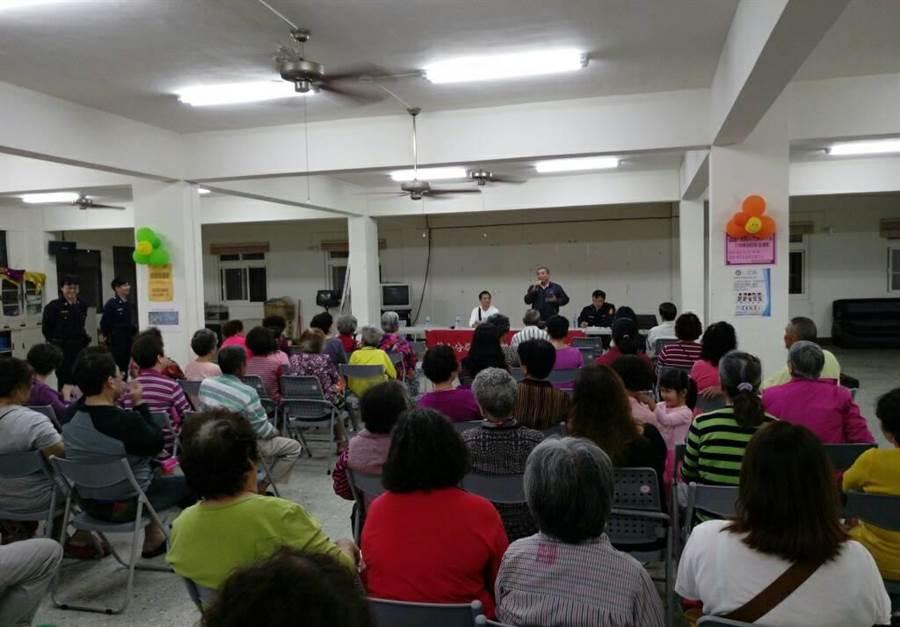 鼓山分局日前在旗津舉行治安座談會,宣導毒品防制。(警方提供)