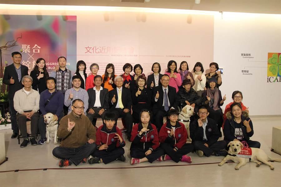 國美館推出「聚合•綻放—臺灣美術團體與美術發展」舉辦發表會,搭配樂齡、視障及聽障等族群服務,讓視聽障者都可欣賞藝術之美。(陳淑芬攝)