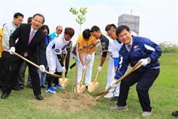 響應台中市植樹活動  中職球星種29棵樹