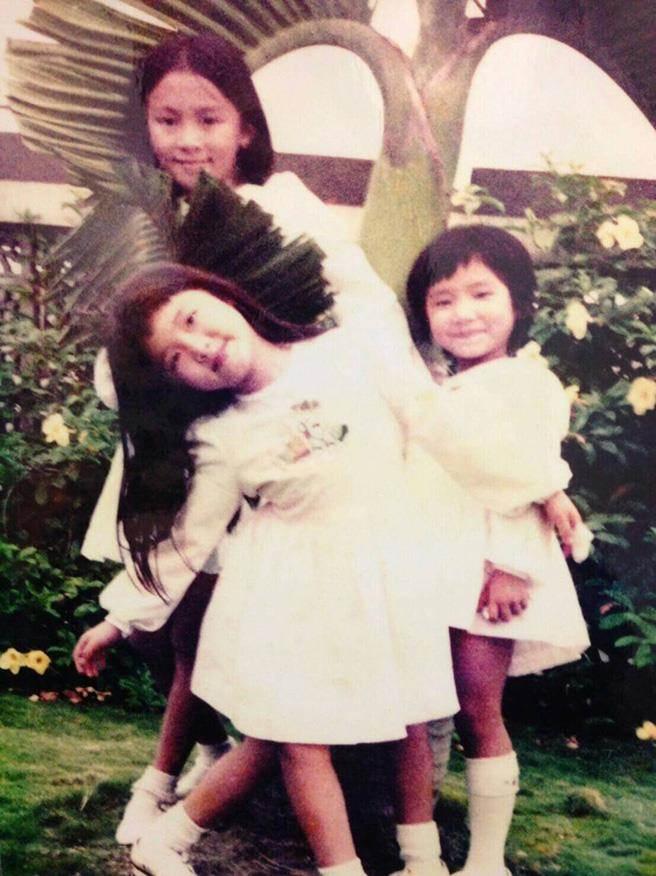 蕭紅梅、黃雅珉三姊妹小時候家境不錯,三人穿著一樣的洋裝,笑得開懷。(圖/黃雅珉提供)