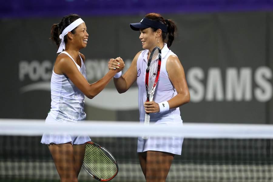 谢淑薇(左)、詹咏然在2014仁川亚运女团金牌战夺胜后握拳庆祝,可惜两人后来未能再度合作。(资料照片/李弘斌摄)