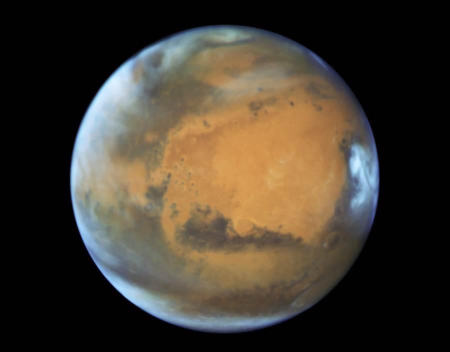 中國航太專家說,目前從地球飛到火星(見圖)大約需要8個月左右,但如果採用大推力核動力航空器,能將飛行時間縮短至1個半月。(美聯社)