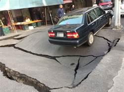 驚!高市馬路半個羽球場凹陷 駕駛棄車逃命