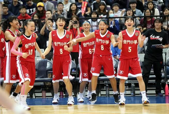 普門高中擊退滬江高中,殺入HBL決賽,獲勝瞬間全隊高聲歡呼。(李弘斌攝)
