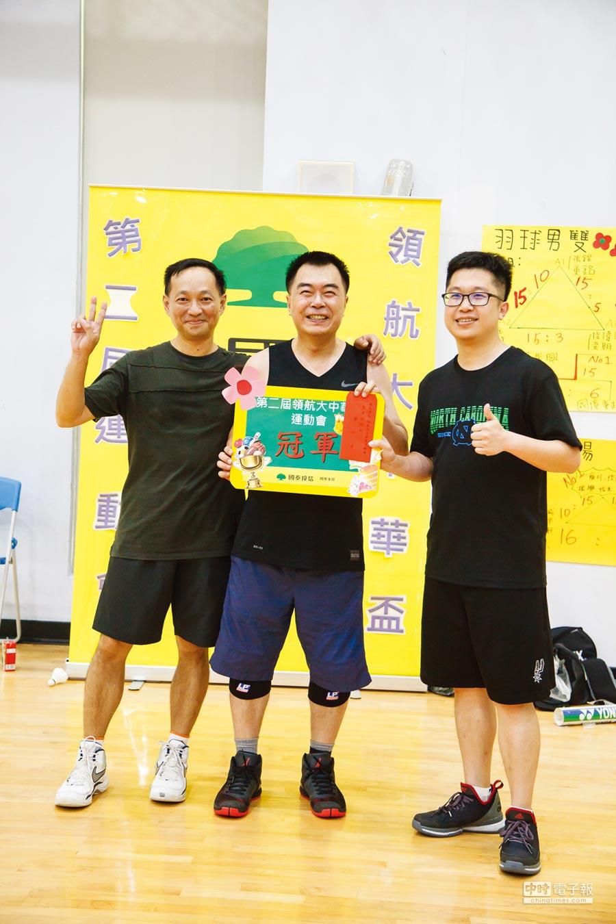國泰投信總座張雍川(中)領軍贏得國泰員工籃球賽冠軍。圖/私人提供