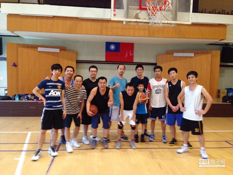 國泰投信總座張雍川(左五)健身靠籃球,數十年如一日。圖/私人提供