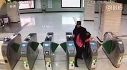 潑辣姊搭地鐵拒安檢 搧員工巴掌不認錯結果GG了