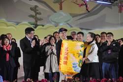 2018台灣燈會落幕 接燈儀式上 張花冠搞笑作勢不給