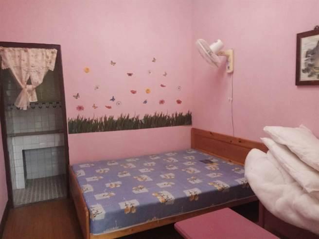 花監打造溫馨懇宿,套房內設備一應俱全。(許家寧攝)
