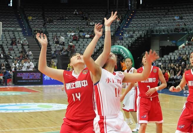 滬江女籃吳亞庭(左)爭搶籃板。(林宋以情攝)