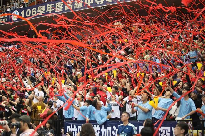 普門高中衛冕HBL后冠,獲勝瞬間看台拋出紅色彩帶。(李弘斌攝)