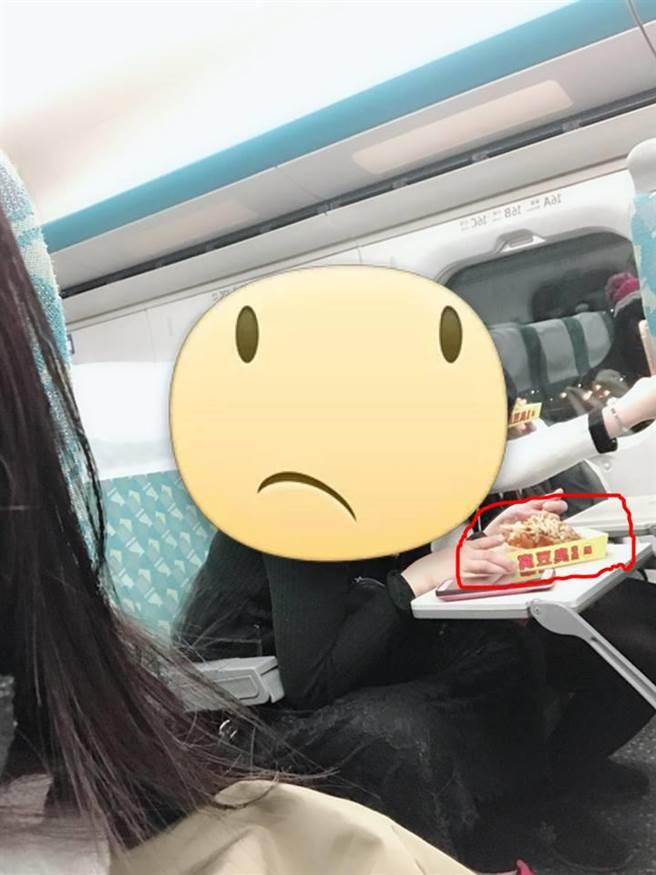 一名乘客在高鐵上吃臭豆腐引發爭議。(圖/翻攝自爆廢公社)