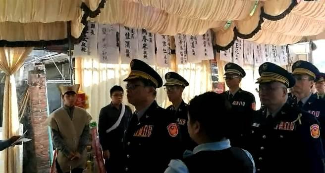 台南市警局長黃宗仁帶領警局一級警官到張展坤靈堂前上香。(程炳璋翻攝)