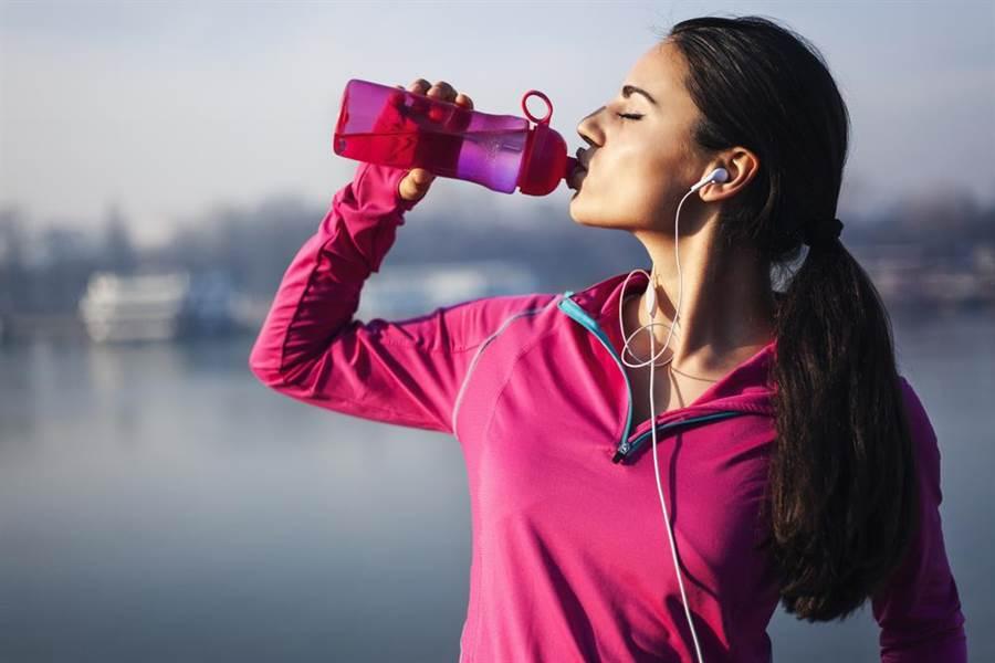 運動後須多補充水分。
