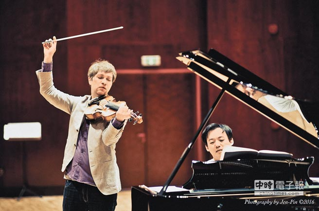 中提琴家孟克梅耶(左)與鋼琴伴奏韓籍鋼琴家尹威廉合作多年,默契十足。(鵬博提供)