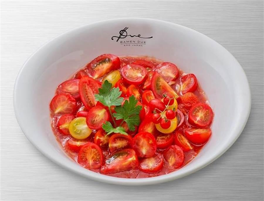 新光三越信義A4沙拉風番茄冷拉麵,採用6種不同品種的番茄製作,帶出義式情調,受女性族群歡迎,去年大獲日本媒體報導,320元。(新光三越提供)