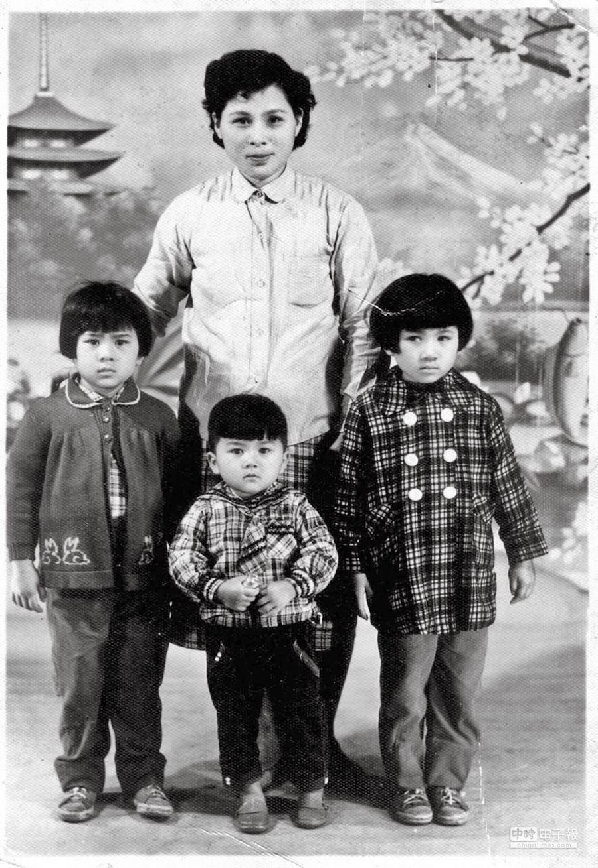 季季父親增建房子後,母親果然又生了二女一男。圖為1962年季季母親(38歲)與五女(8歲)六女(7歲)及幼子(4歲)合影。(季季提供)