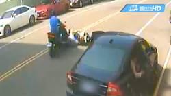 路邊車突開門!母女摔車再被輾 1死1傷