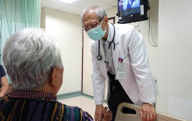 潮州安泰醫院推出「原住民門診」,由排灣族醫師潘松義(右)為原民鄉親服務。(安泰提供)