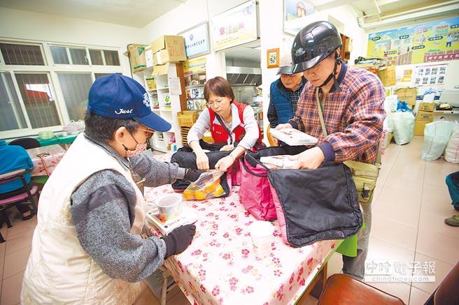 新北市今年推動六日獨居老人送餐,造福更多獨居長者,圖為獨居長者送餐場景。(本報資料照片)