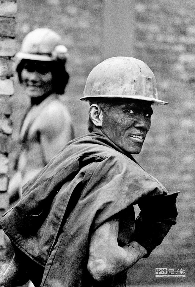 一臉黑的礦工,回眸中訴說著堅毅與豁達。(朱健炫提供)