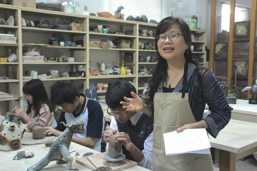 彭雅美連續9年帶著學生參加全國陶藝賽,秉持「老鷹才能訓練出老鷹」的教學理念,跟著學生一起成長。(張祈攝)