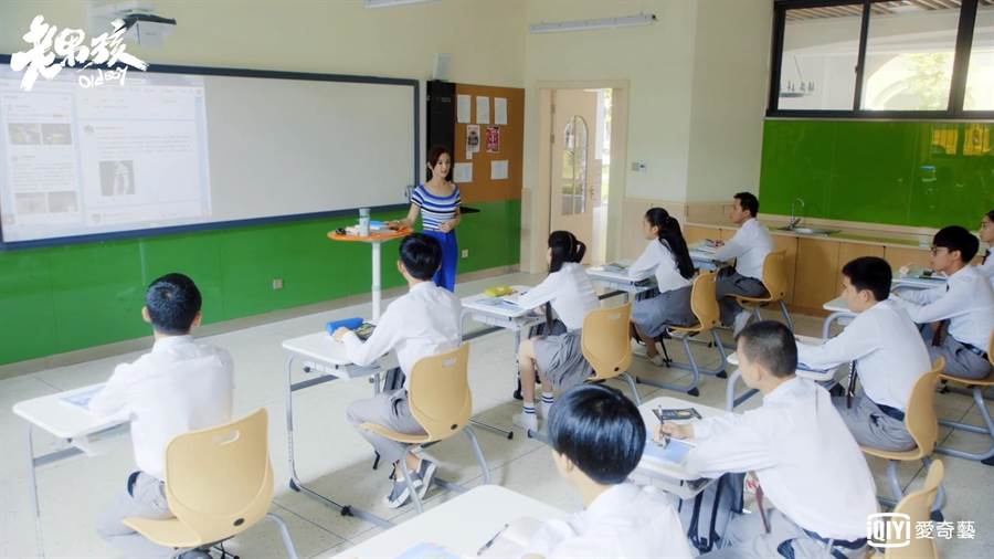 林依晨劇中教英文。(愛奇藝台灣站)