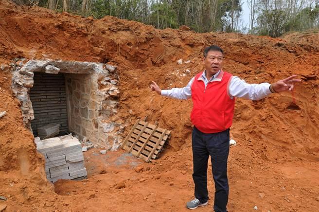 遭截斷的坑道口剖面,已由施工單位用土石封閉。(李金生攝)