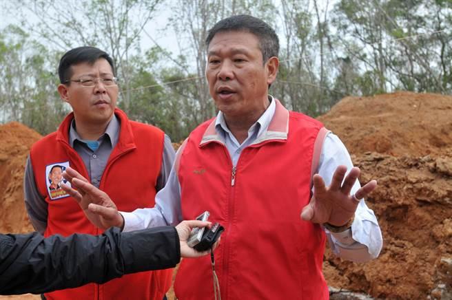 金湖鎮長蔡西湖表示,將研議可行補救措施,讓工程更妥適進行。(李金生攝)
