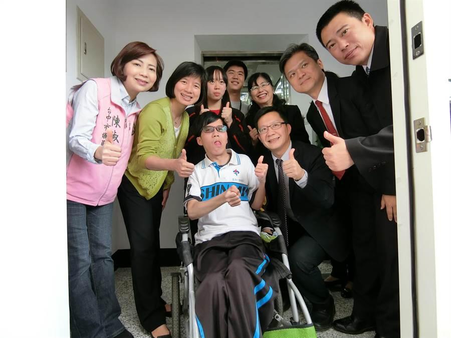 劉柏岑(左三)勇敢克服身體障礙的故事感動全台,也是促成漢口國中新設電梯的推手之一。(盧金足攝)