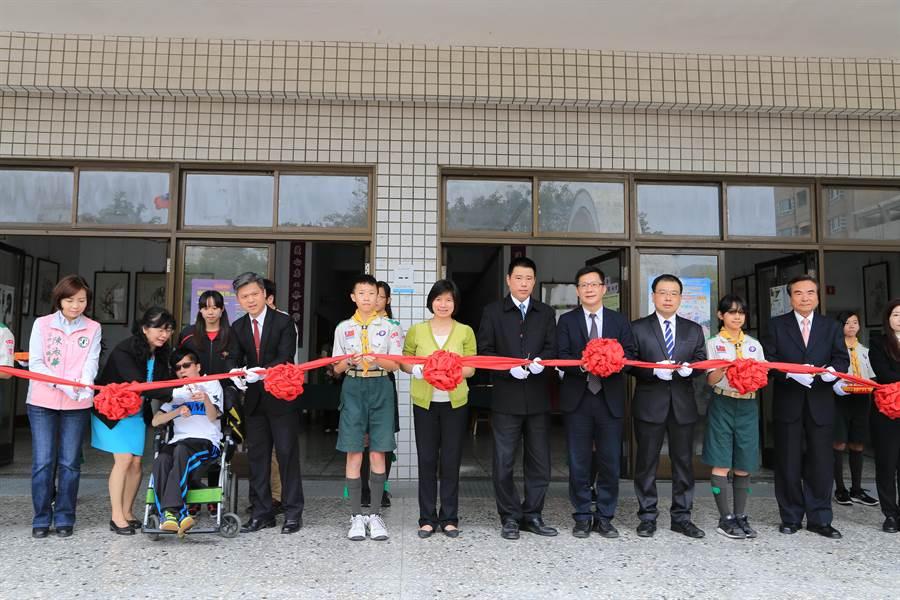 台中市漢口國中無障礙電梯啟用,副市長林依瑩肯定友善身障學生學習環境。(盧金足攝)
