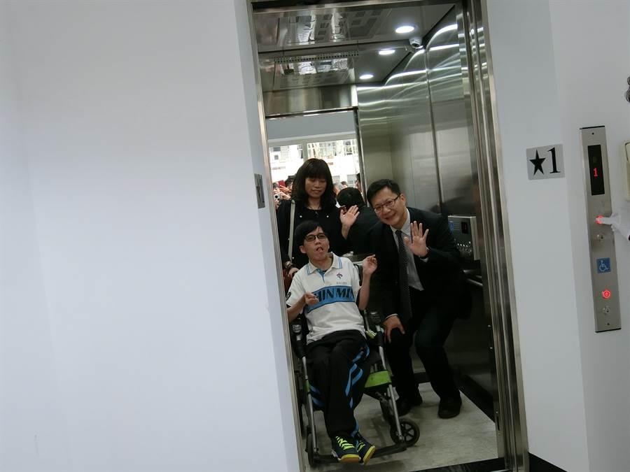 立委張廖萬堅(右)與劉柏岑今天一起見證催生成功的電梯。(盧金足攝)