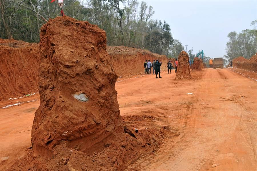 金門進行「司法大道」開路工程,卻將雙乳山坑道的支坑道截斷。(李金生攝)