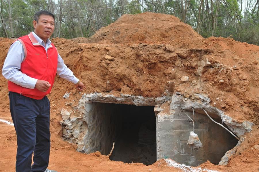 金湖鎮長蔡西湖說明,道路下方的坑道並未遭到破壞。(李金生攝)