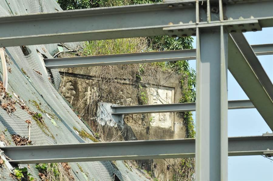 埔里鎮公所為設立「鎮長周義雄歡迎您」電子看板,工程鋼樑竟打進「烏牛欄橋」歷史遺跡裡。(廖肇祥攝)