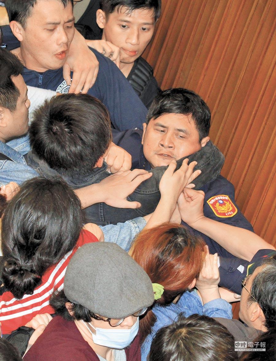 太陽花學運學生攻入立法院,拉扯攻擊駐衛警。