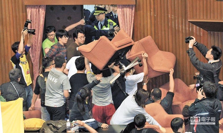 學生團體占領議場,並隔著門與警方對峙。
