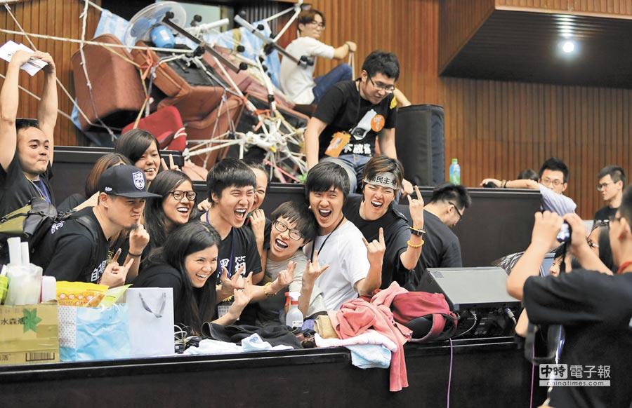 參與占領行動的學生在議場內興奮地合影。