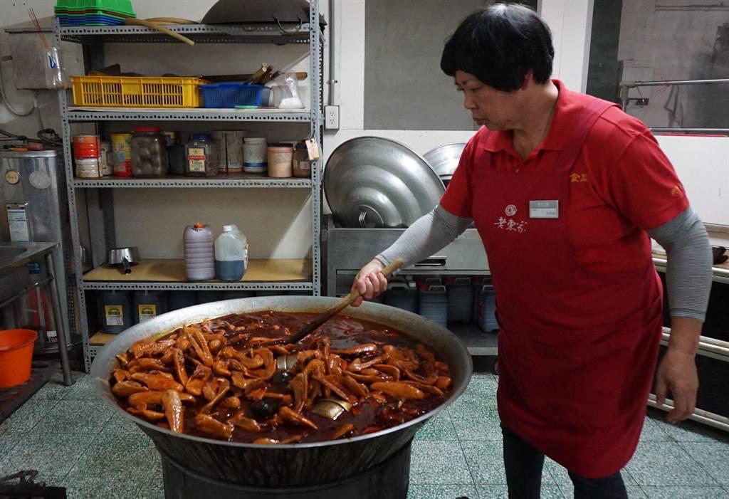 「老東家」滷味的麻辣鴨翅遠近馳名。(王文吉攝)