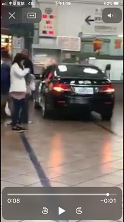 這款「趕」火車!轎車衝進台鐵嘉義站 民眾嚇壞