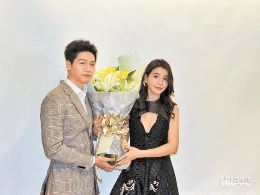 李毓芬(右)昨以深V造型性感現身,好友蔡旻佑化身「一日白馬王子」送上百合花束。