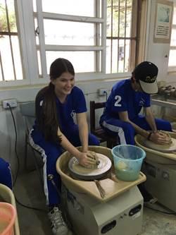 外籍生造訪大坡國中 體驗陶藝課