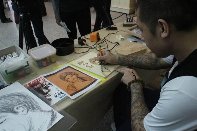 受刑人阿黎(化名)服刑期間接觸繪畫,從素描基本功開始學起,進階到工筆素描,在素描的基礎下他再進階烙畫。(張祈攝)