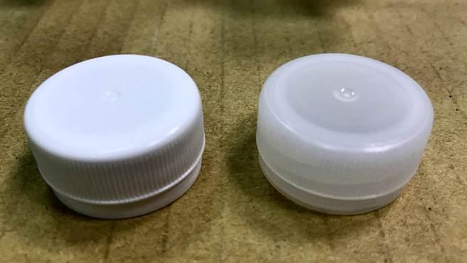 左為假的「丹楓之水」瓶蓋,呈乳白色,右為真品瓶蓋為半透明。(高市衛生局提供)