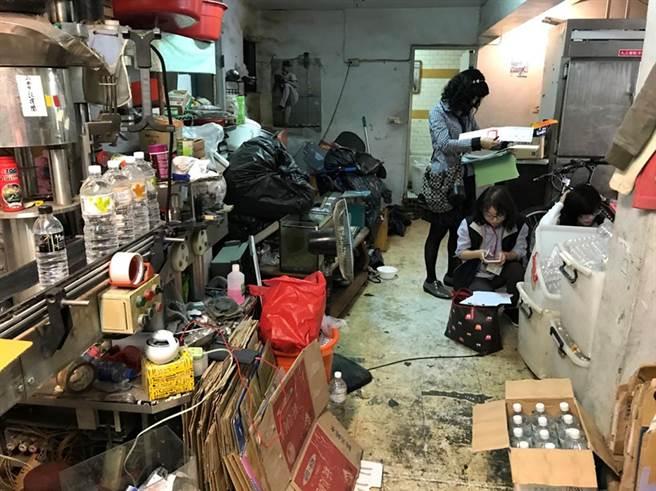 高雄市三民區李姓男子以自來水冒充知名礦泉水低價販售,製造現場髒亂。(高市衛生局提供)