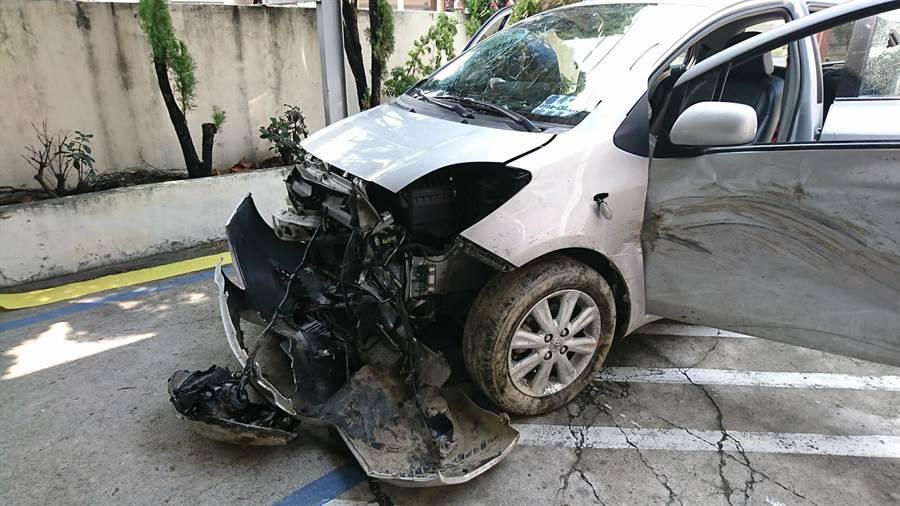 員警使用破窗尾蓋擊破車窗,張嫌驚醒、心虛自知不法,竟駕車衝撞巡邏車和員警後,往北逃逸。(吳敏菁翻攝)