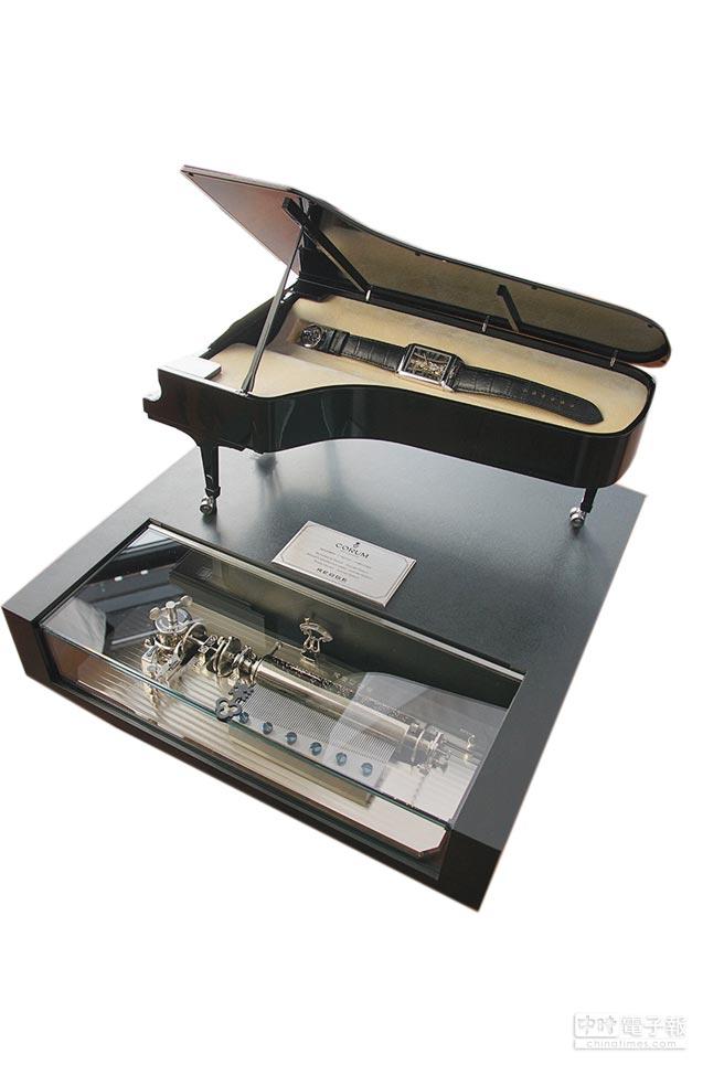 崑崙表攜手作曲家Joachim Horsley推出聯名表,結合音樂盒的鋼琴表盒是一大賣點。(Corum提供)