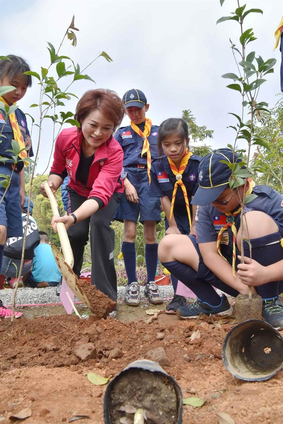 嘉義市議長蕭淑麗與小童軍們一起種植桂花樹。(呂妍庭攝)